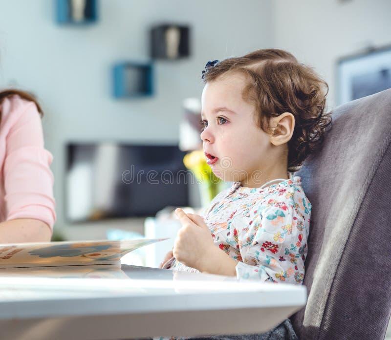 Γυναίκα που διαβάζει ένα βιβλίο στην κόρη της στοκ φωτογραφία με δικαίωμα ελεύθερης χρήσης
