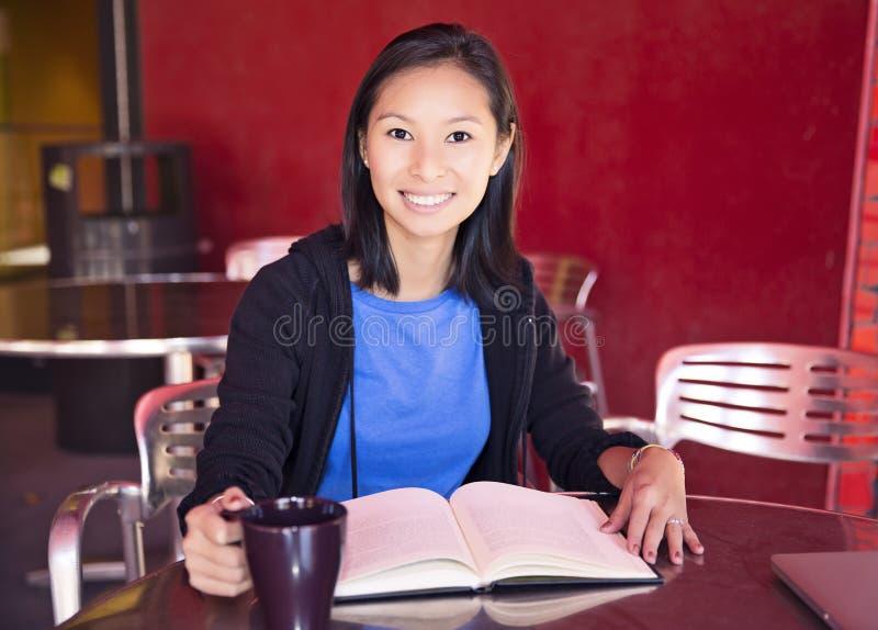 Γυναίκα που διαβάζει ένα βιβλίο στοκ εικόνα
