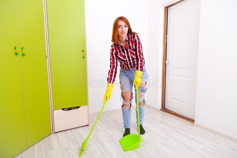 Γυναίκα που κάνει τα οικιακά στοκ εικόνα