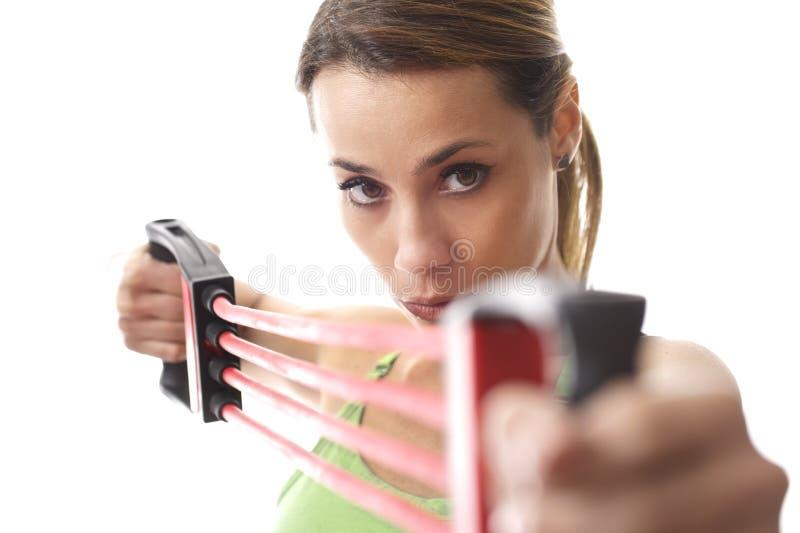 Γυναίκα που κάνει την άσκηση ικανότητας με τη λαστιχένια ζώνη στοκ φωτογραφία με δικαίωμα ελεύθερης χρήσης