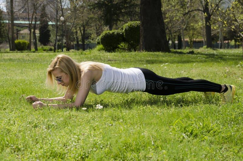 Γυναίκα που κάνει την άσκηση σανίδων στοκ φωτογραφίες με δικαίωμα ελεύθερης χρήσης