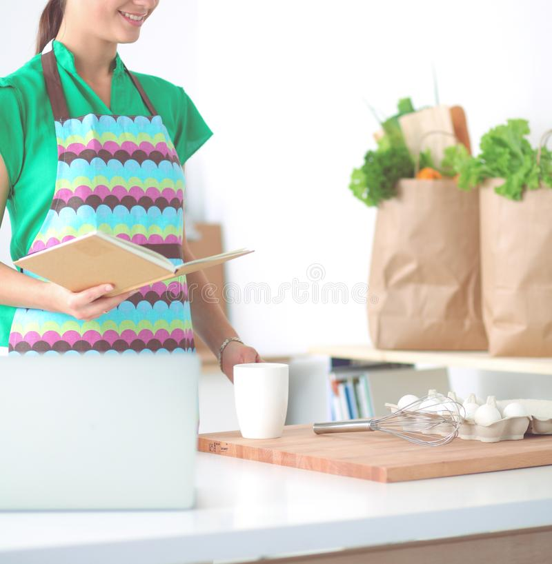 Γυναίκα που κάνει την υγιή στάση τροφίμων χαμογελώντας στην κουζίνα στοκ φωτογραφία με δικαίωμα ελεύθερης χρήσης