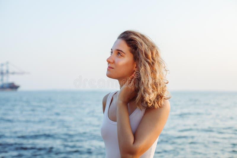 Γυναίκα που κάνει τη γιόγκα θαλασσίως στοκ φωτογραφία
