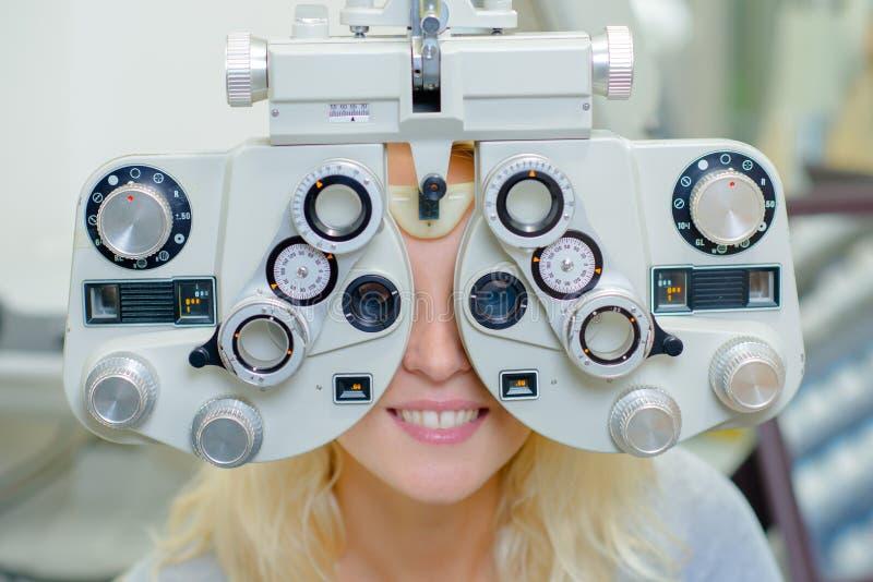 Γυναίκα που κάνει τη δοκιμή ματιών στοκ φωτογραφία με δικαίωμα ελεύθερης χρήσης