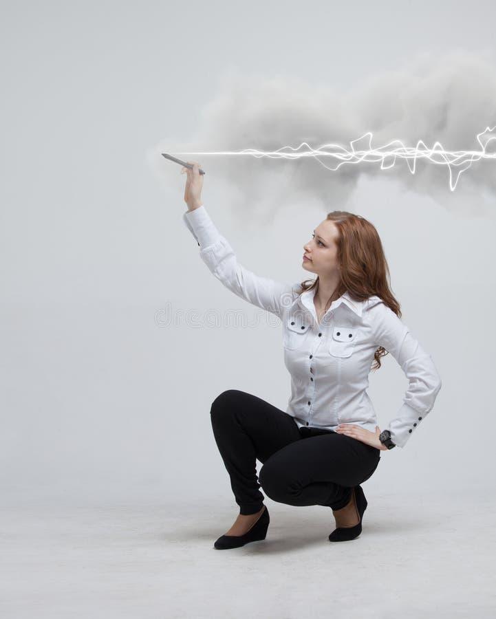 Γυναίκα που κάνει τη μαγική επίδραση - αστραπή λάμψης Η έννοια της ηλεκτρικής ενέργειας, υψηλή ενέργεια στοκ εικόνα