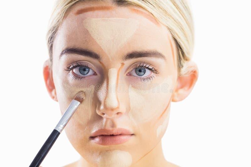 Γυναίκα που κάνει τη χάραξη περιγράμματος στο πρόσωπό της στοκ φωτογραφία με δικαίωμα ελεύθερης χρήσης