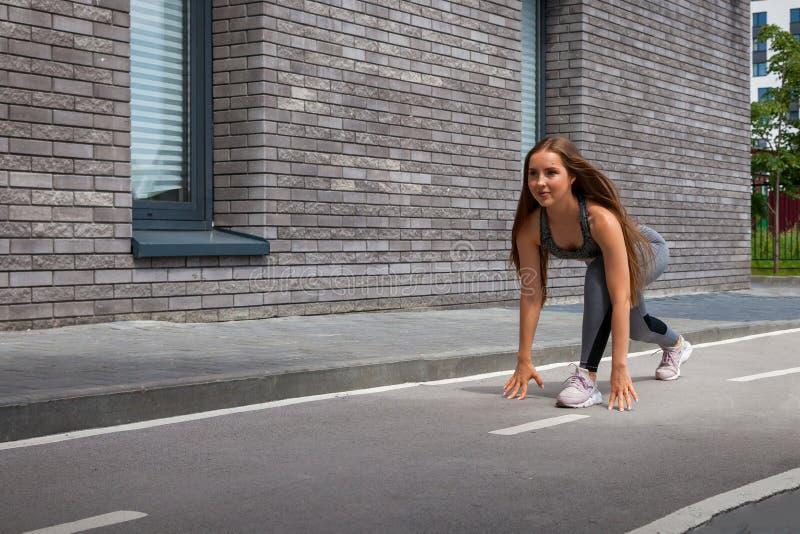 Γυναίκα που κάνει τις ασκήσεις στο πάρκο στοκ εικόνες