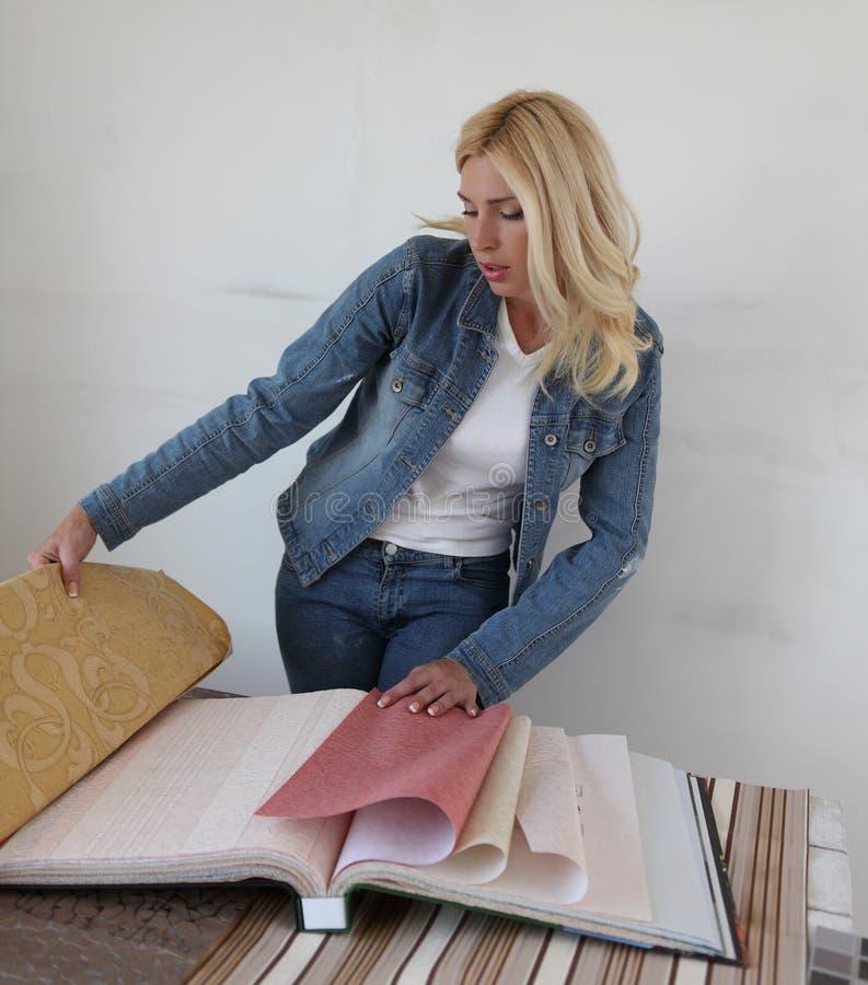 Γυναίκα που κάνει τις επισκευές στοκ εικόνες