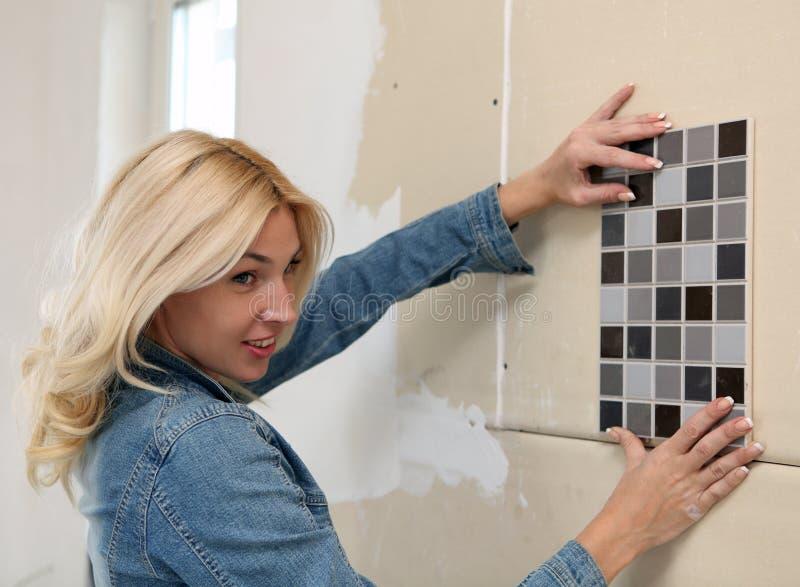 Γυναίκα που κάνει τις επισκευές στοκ εικόνα με δικαίωμα ελεύθερης χρήσης