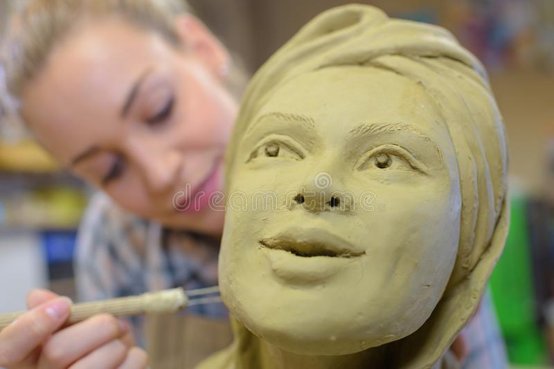 Γυναίκα που κάνει το κεραμικό πρόσωπο στην κατηγορία τέχνης στοκ εικόνες με δικαίωμα ελεύθερης χρήσης
