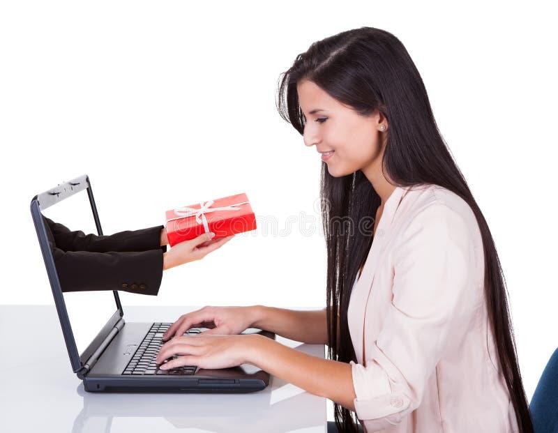 Γυναίκα που κάνει on-line να ψωνίσει ή να καταθέσει σε τράπεζα στοκ φωτογραφία με δικαίωμα ελεύθερης χρήσης