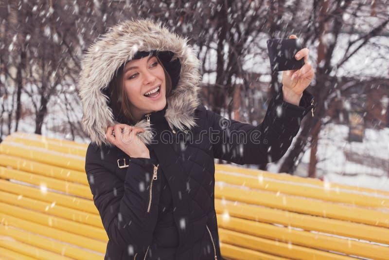 Γυναίκα που κάνει selfie στο χειμερινό πάρκο στοκ φωτογραφίες