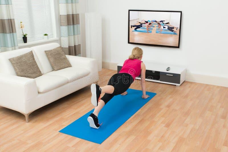 Γυναίκα που κάνει Workout στο εσωτερικό στοκ φωτογραφίες με δικαίωμα ελεύθερης χρήσης