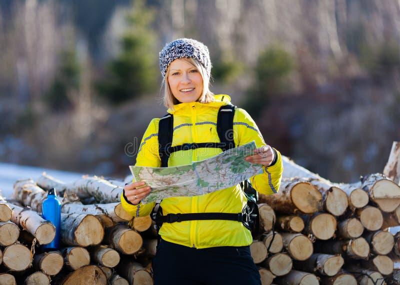 Γυναίκα που και που στρατοπεδεύει στα χειμερινά ξύλα στοκ φωτογραφία με δικαίωμα ελεύθερης χρήσης