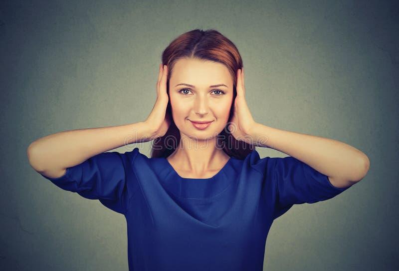 Γυναίκα που καλύπτει τα αυτιά από τα κουτσομπολιά στοκ εικόνες