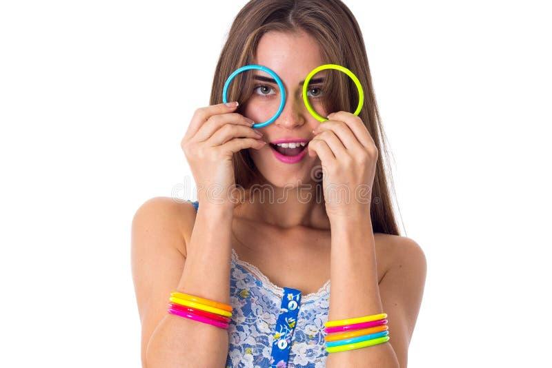 Γυναίκα που κατασκευάζει τα γυαλιά των βραχιολιών της στοκ εικόνα
