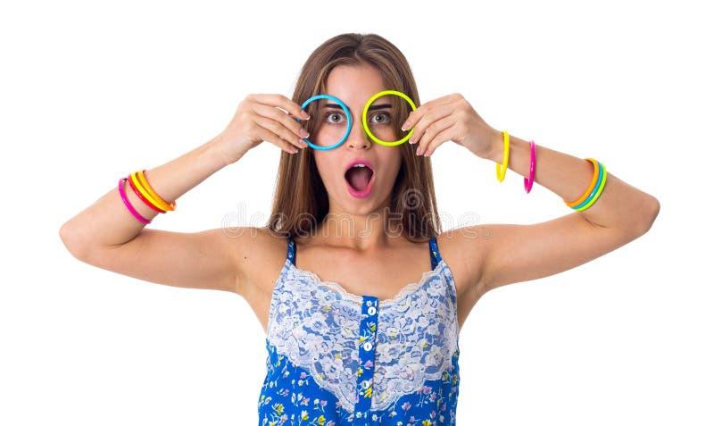 Γυναίκα που κατασκευάζει τα γυαλιά των βραχιολιών της στοκ εικόνες με δικαίωμα ελεύθερης χρήσης