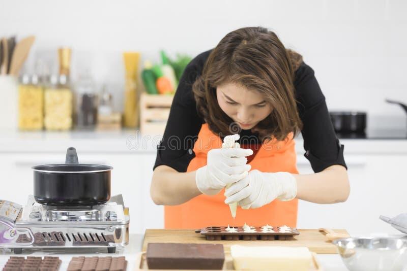 Γυναίκα που κατασκευάζει τη σοκολάτα στοκ φωτογραφία με δικαίωμα ελεύθερης χρήσης