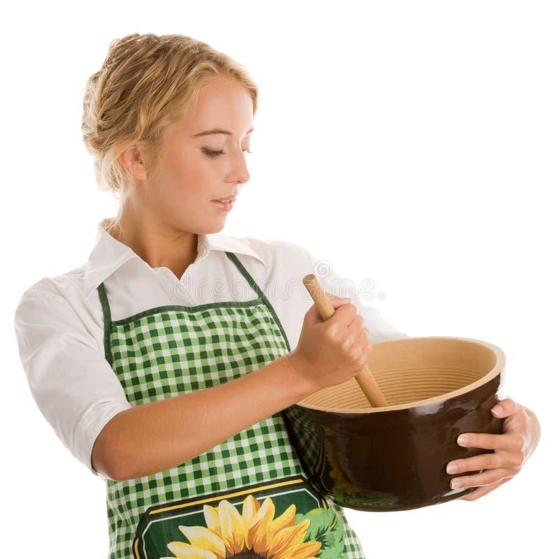 Γυναίκα που κατασκευάζει το κέικ στοκ φωτογραφία