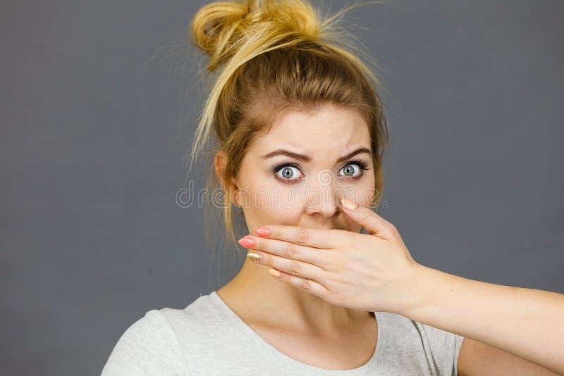 Γυναίκα που καλύπτει το στόμα της με το χέρι στοκ φωτογραφίες με δικαίωμα ελεύθερης χρήσης