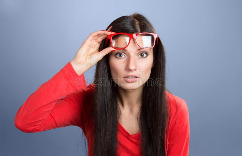 Γυναίκα που κοιτάζει επίμονα στη κάμερα στοκ φωτογραφία με δικαίωμα ελεύθερης χρήσης