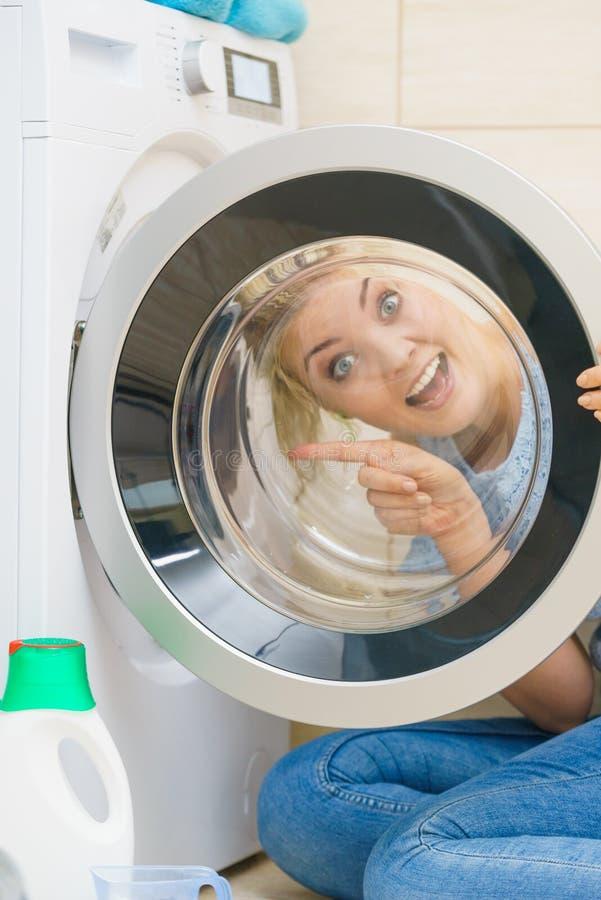 Γυναίκα που κοιτάζει μέσα του πλυντηρίου στοκ φωτογραφία με δικαίωμα ελεύθερης χρήσης