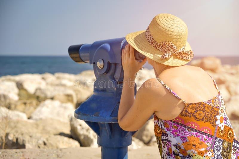 Γυναίκα που κοιτάζει μέσω των διοπτρών στοκ φωτογραφίες