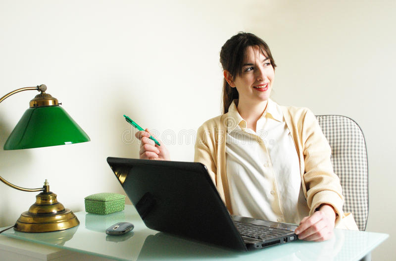 Γυναίκα που κοιτάζει μακρυά από τη οθόνη υπολογιστή στοκ εικόνες