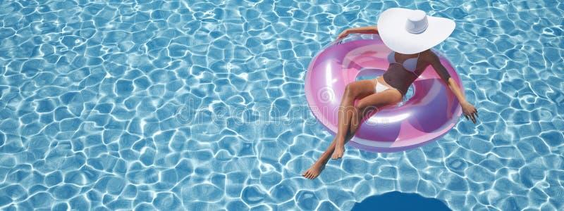 Γυναίκα που κολυμπά στο επιπλέον σώμα σε μια λίμνη τρισδιάστατη απόδοση ελεύθερη απεικόνιση δικαιώματος