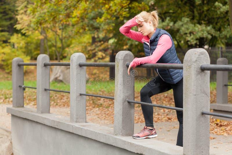 Γυναίκα που κουράζεται μετά από να εκπαιδεύσει στοκ φωτογραφίες