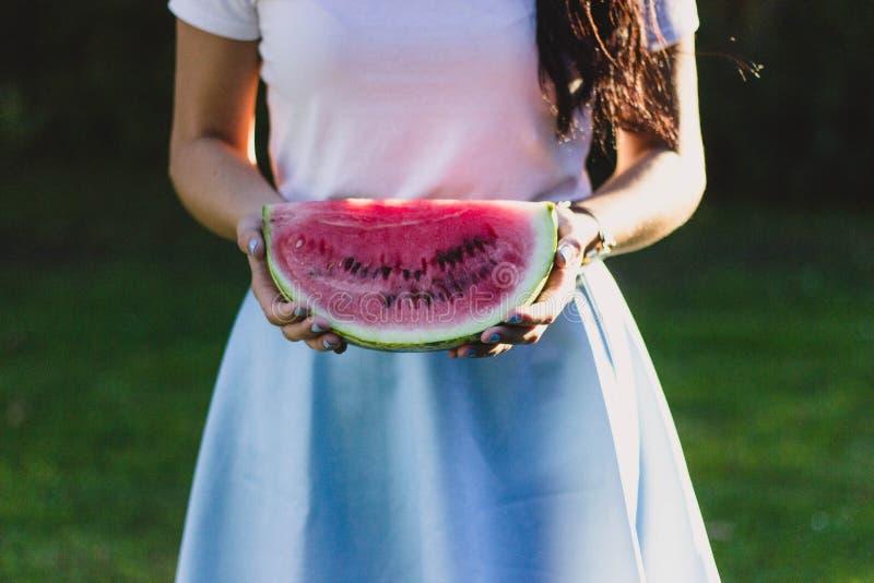 Γυναίκα που κρατά ένα καρπούζι στοκ φωτογραφίες με δικαίωμα ελεύθερης χρήσης