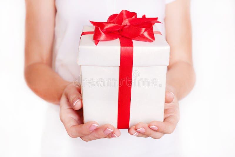 Download Γυναίκα που κρατά ένα κιβώτιο δώρων Χρονικά δώρα Στοκ Εικόνες - εικόνα από ημέρα, δόσιμο: 62700406