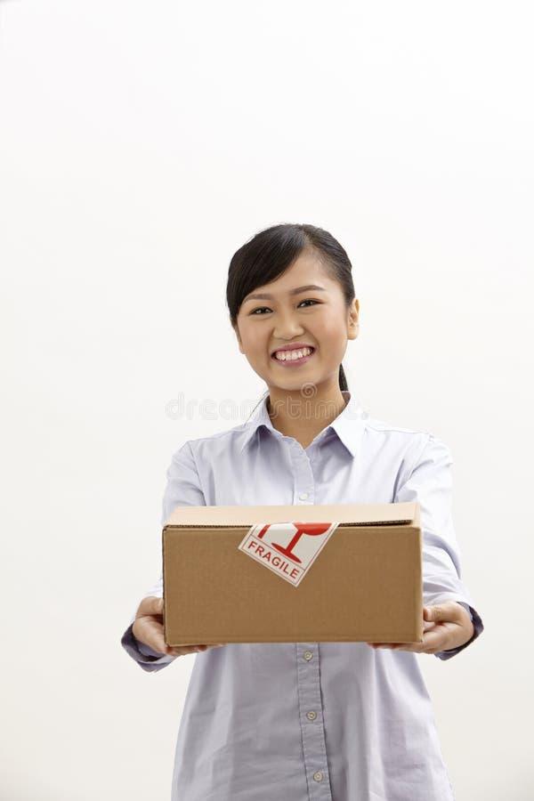 Γυναίκα που κρατά ένα κιβώτιο στοκ εικόνες με δικαίωμα ελεύθερης χρήσης