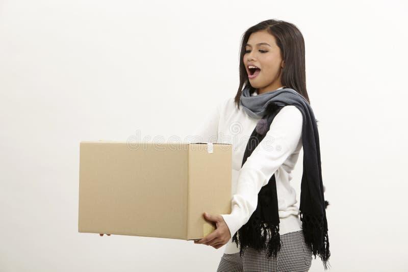 Γυναίκα που κρατά ένα κιβώτιο στοκ εικόνα