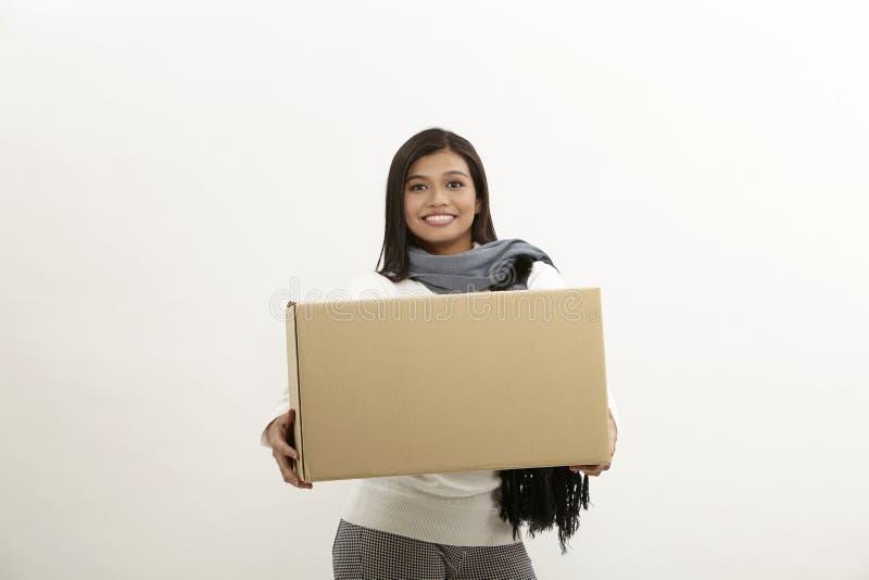 Γυναίκα που κρατά ένα κιβώτιο στοκ εικόνες