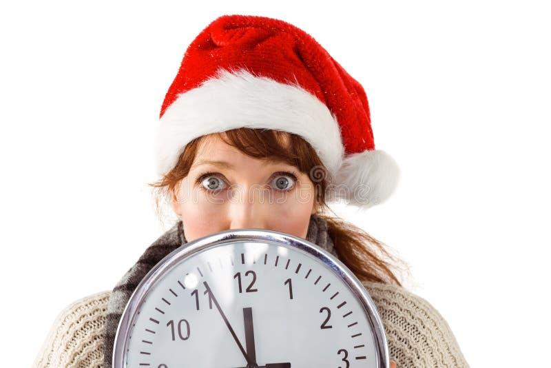 Γυναίκα που κρατά ένα μεγάλο ρολόι στοκ φωτογραφία