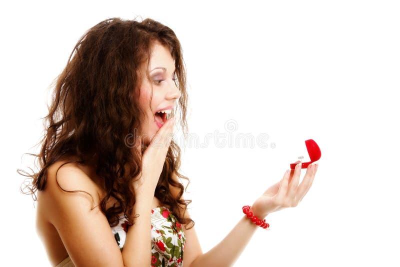 Γυναίκα που κρατά ένα παρόν με το δαχτυλίδι αρραβώνων στοκ φωτογραφία με δικαίωμα ελεύθερης χρήσης