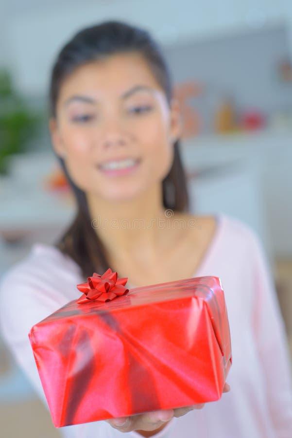 Γυναίκα που κρατά ένα παρόν στοκ φωτογραφία