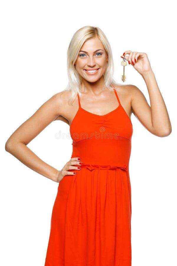 Γυναίκα που κρατά ένα πλήκτρο στοκ φωτογραφίες με δικαίωμα ελεύθερης χρήσης