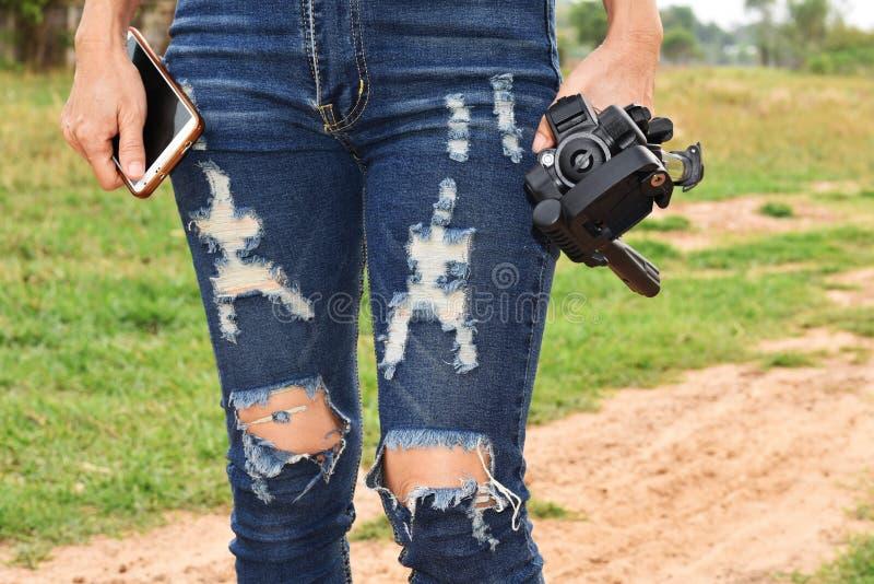 Γυναίκα που κρατά ένα τρίποδο στοκ εικόνες με δικαίωμα ελεύθερης χρήσης