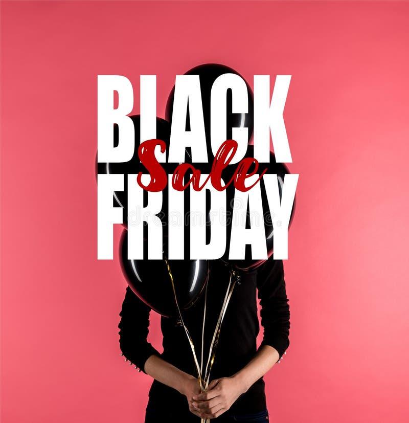 Γυναίκα που κρατά τα μαύρα μπαλόνια ελεύθερη απεικόνιση δικαιώματος