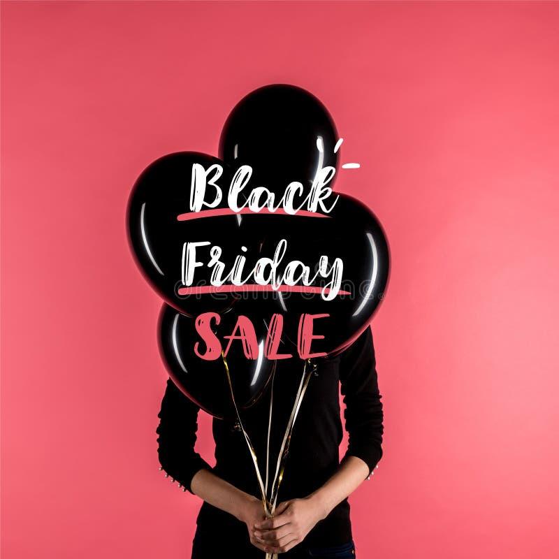 Γυναίκα που κρατά τα μαύρα μπαλόνια διανυσματική απεικόνιση