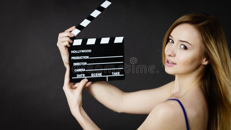 Γυναίκα που κρατά την επαγγελματική πλάκα ταινιών στοκ φωτογραφίες με δικαίωμα ελεύθερης χρήσης