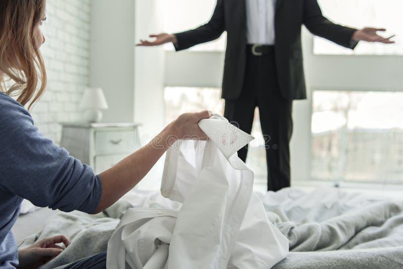 Γυναίκα που κρατά το άσπρο αρσενικό πουκάμισο στοκ εικόνα