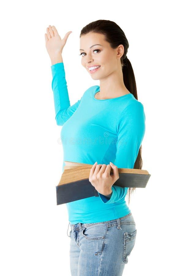 Γυναίκα που κρατά το ανοικτό βιβλίο και που παρουσιάζει copyspace στοκ φωτογραφία με δικαίωμα ελεύθερης χρήσης