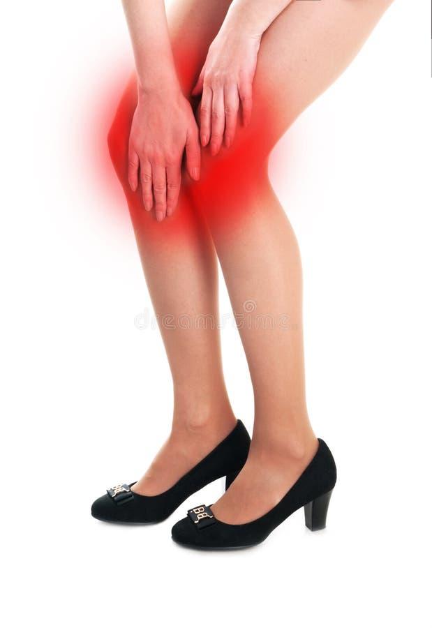 Γυναίκα που κρατά το επώδυνο γόνατο απομονωμένο στο λευκό στοκ φωτογραφίες