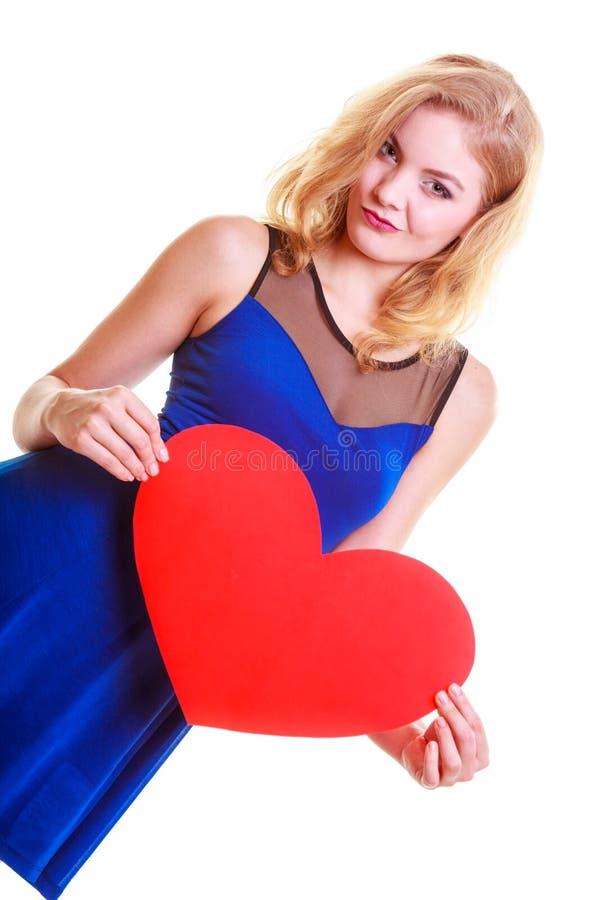 Γυναίκα που κρατά το κόκκινο σύμβολο αγάπης καρδιών. Ημέρα βαλεντίνου. Απομονωμένος. στοκ εικόνες