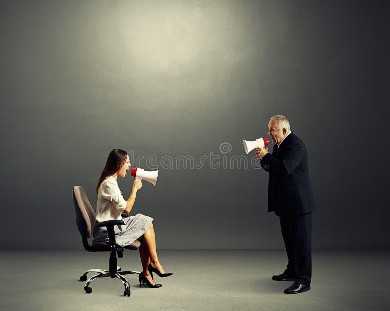 Γυναίκα που κραυγάζει στον ανώτερο άνδρα στοκ εικόνες
