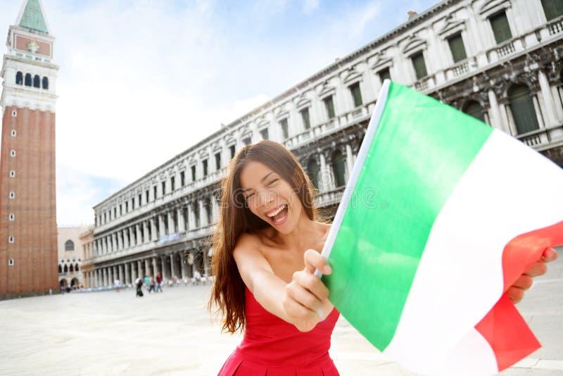 Γυναίκα που κυματίζει την ιταλική σημαία ευτυχή στη Βενετία Ιταλία στοκ φωτογραφίες