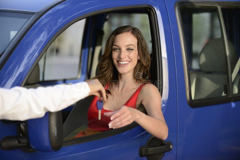 Γυναίκα που λαμβάνει τα πλήκτρα του νέου αυτοκινήτου της στοκ φωτογραφία με δικαίωμα ελεύθερης χρήσης